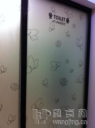 洗手间的拉门~小蝴蝶小花   客厅的颜色主要是黑白灰三种高清图片